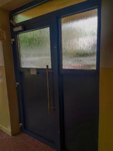 Vchodové dvere so zádržnými magnetmi